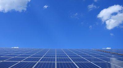 Über eine Photovoltaikanlage direkt in den Himmel fotografiert.